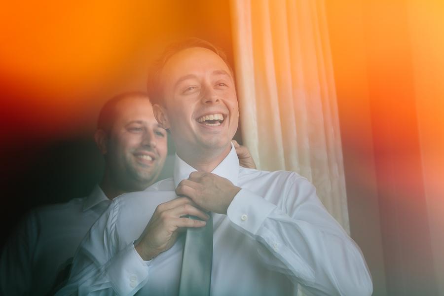 Sposo si prepara per matrimonio al Lago di Garda