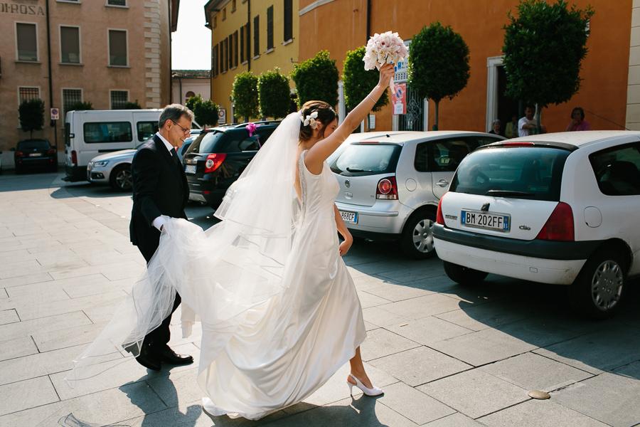 sposa entra nel Comune di Lonato del Garda (BS)