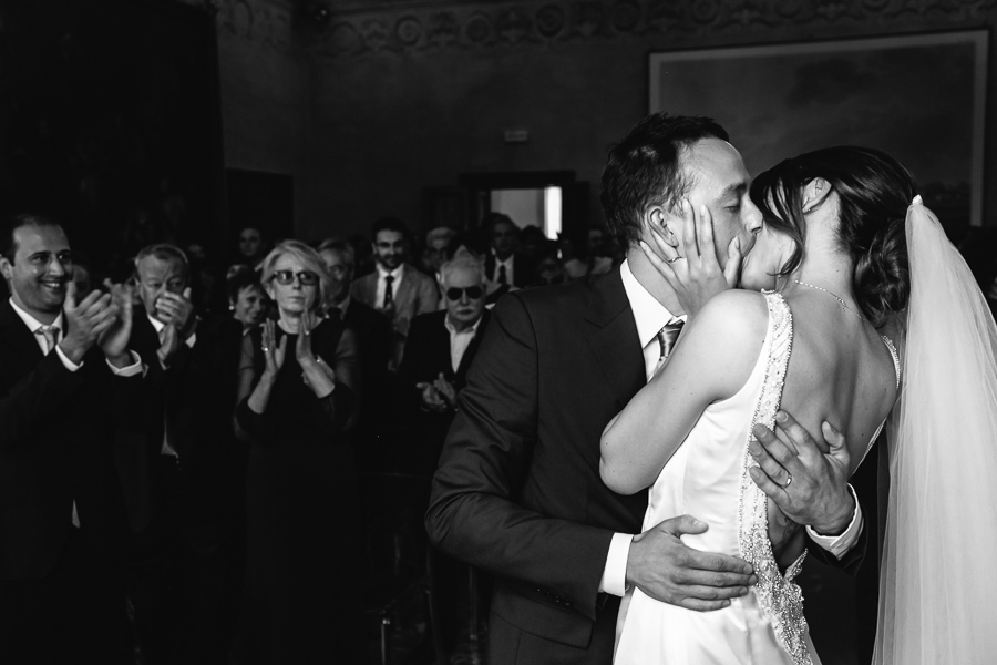 bacio matrimonio sara e luigi bergamaschi