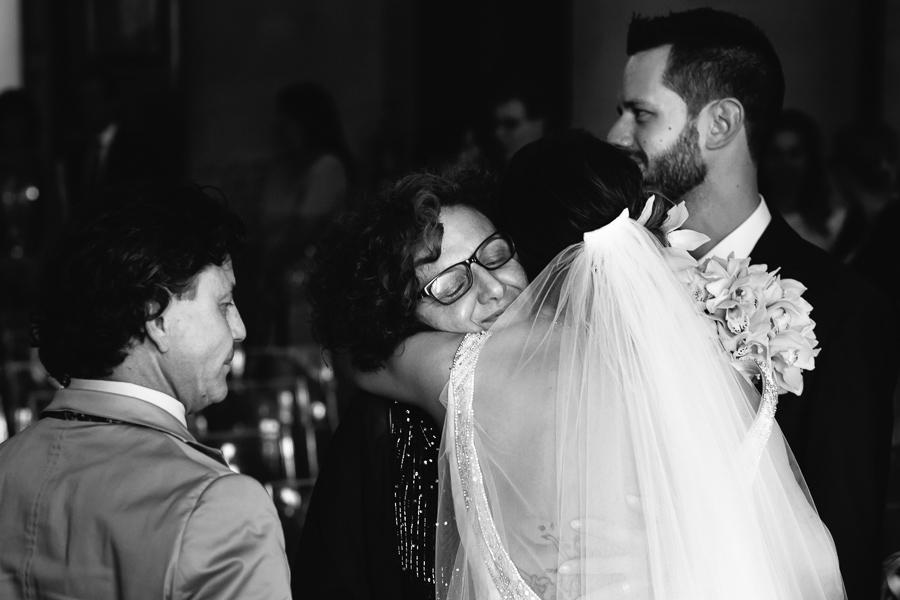 abbraccio tra mamma e figlia durante il matrimonio
