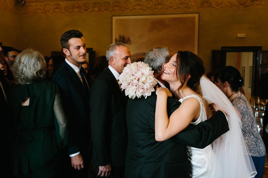 abbraccio tra figlia e padre durante matrimonio al lago di garda